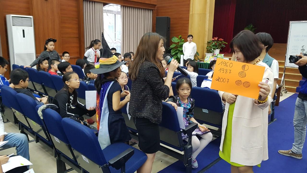 TS. Nguyễn Thụy Anh (áo trắng) giao lưu cùng giáo viên và học sinh Trường Nguyễn Siêu